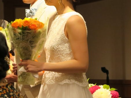 両親への花束贈呈のときに花嫁をおいて、さっさと自分の母親の元へ行ってしまった