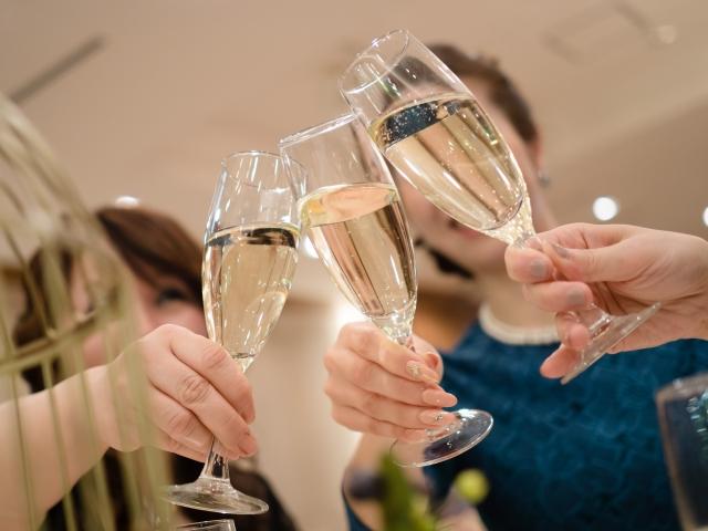 結婚式とは別の日程で「お祝いパーティ」を企画